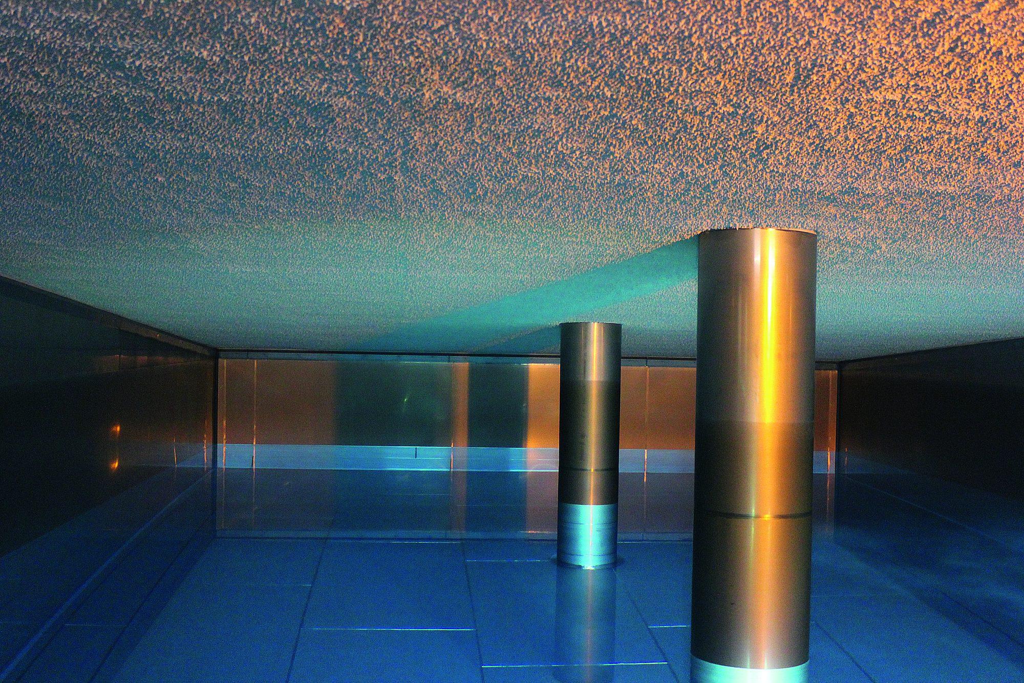Einblick in eine Wasserkammer, die etwa zur Hälfte mit klarem Wasser gefüllt ist.