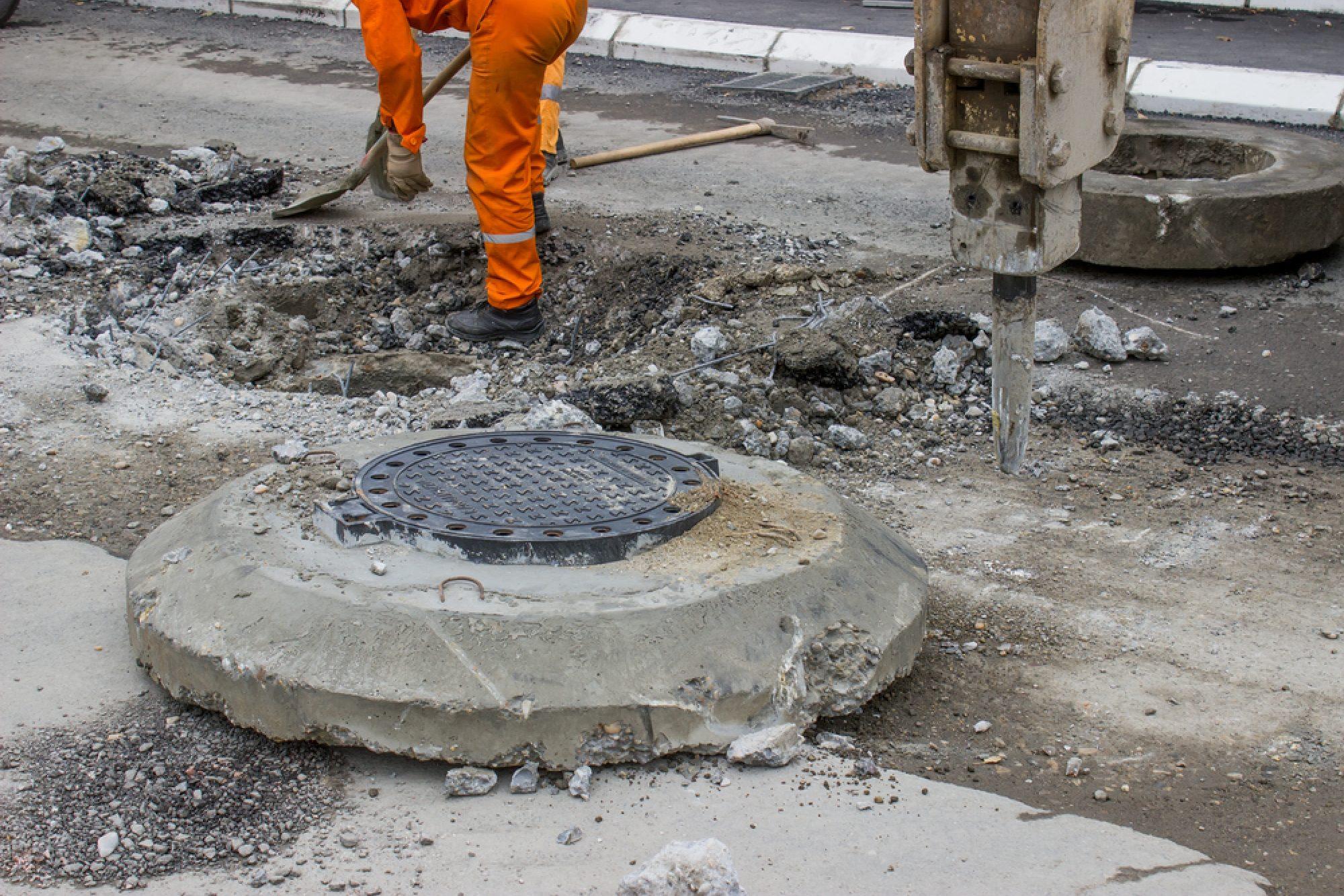 Straßensanierungsarbeiten Rund Um Kanal C Shutterstock 154077194